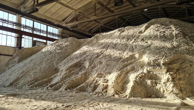 Mucchio di polvere di solfato di ammonio all'interno di un magazzino di impianti chimici.