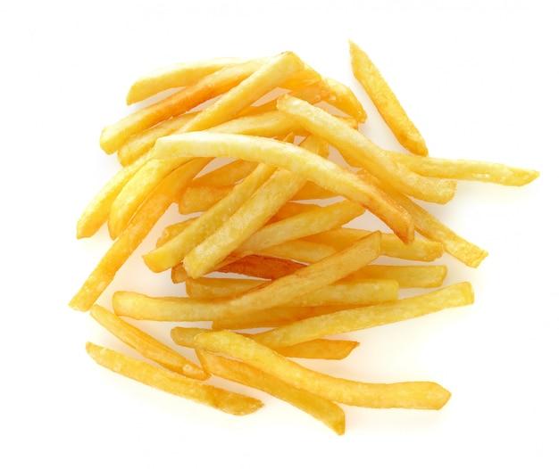 Mucchio di appetitose patatine fritte su uno sfondo bianco