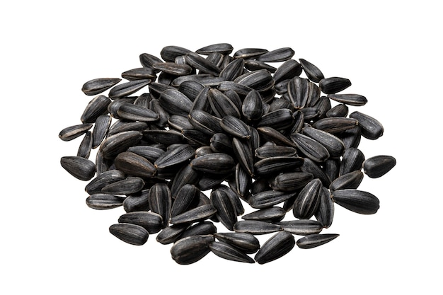 Pila di semi di girasole neri isolati sul tavolo bianco