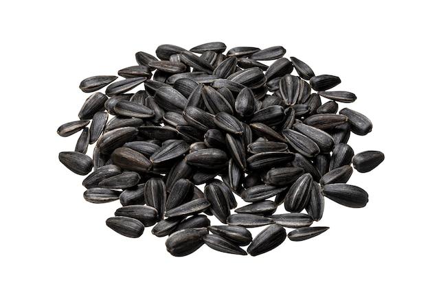 Pila di semi di girasole neri isolati su bianco