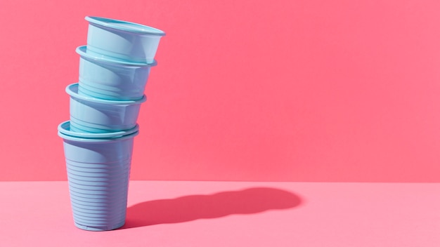 Pila di bicchieri di plastica blu