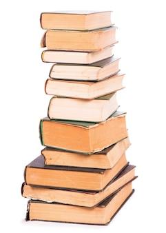 Pila di libri isolati su sfondo bianco.