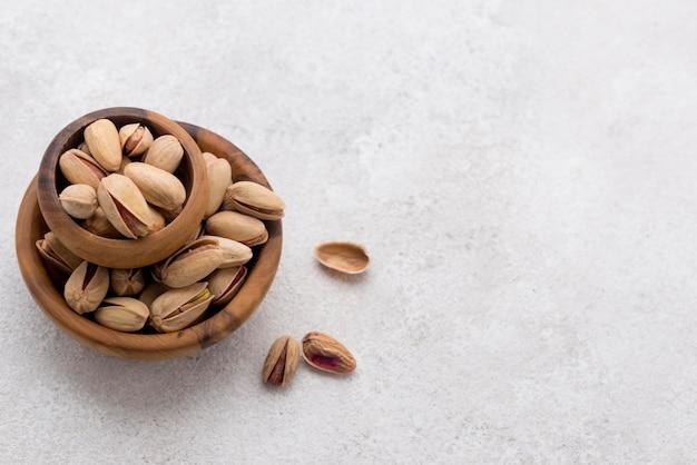 Pila di ciotole piene di pistacchi copia spazio