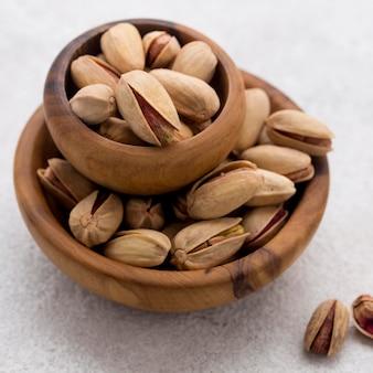 Pila di ciotole piene di pistacchi ad alta vista