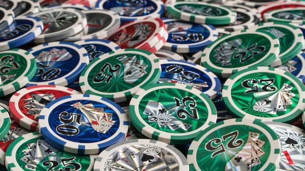 Pila di fiches del casinò. il concetto di gioco d'azzardo e intrattenimento. casinò e poker