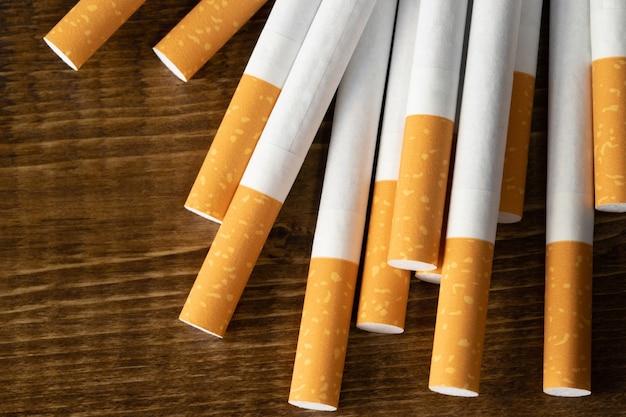 Pila di sigarette sulla tavola di legno