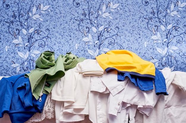 Mucchio di indumenti da stirare dopo il bucato