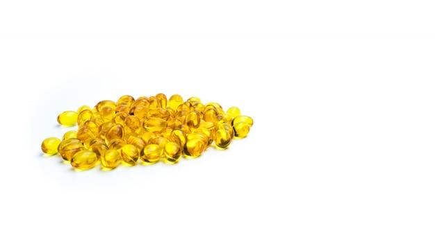 Mucchio di olio di fegato di merluzzo isolato