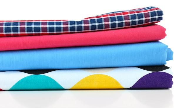 Pila di tessuti colorati su bianco Foto Premium
