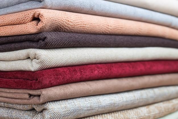 Pila di colorato tessuto piegato. mucchio di stoffa