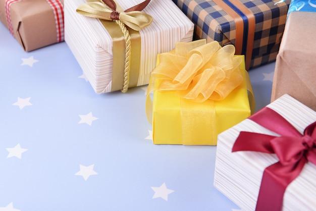 Mucchio di regali colorati su sfondo blu con stelle