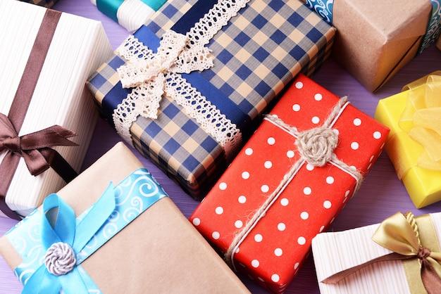 Mucchio di regali colorati su sfondo viola