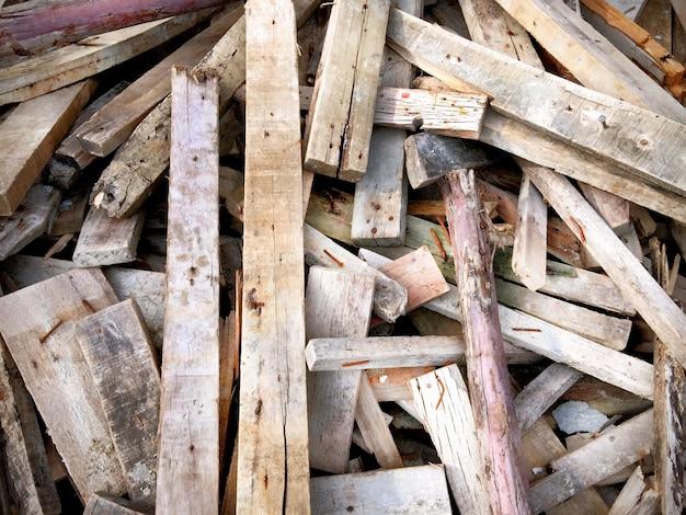 Pila di costruzioni in legno con chiodi
