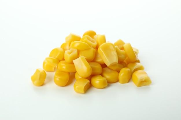 Mucchio di semi di mais isolati su sfondo bianco