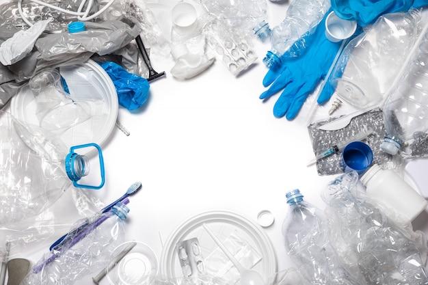 Mucchio di diversi rifiuti di plastica