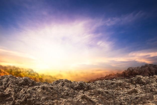 Mucchio di terra e terra sullo sfondo del tramonto
