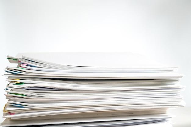 Una pila di documenti con copia spazio su sfondo bianco.