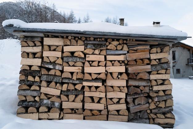 Mucchio di legna da ardere tritata secca in montagna alp