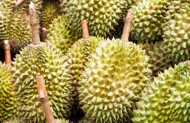 La pila di dura da giardino nel mercato thailandese, re di frutta