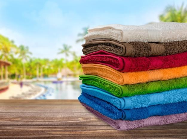 Mucchio di soffici asciugamani sullo sfondo