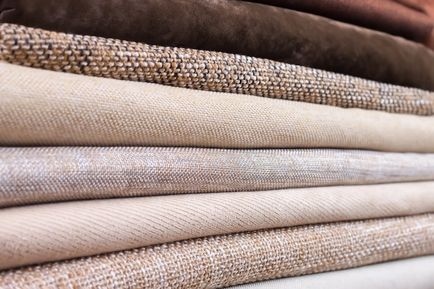 Pila di tessuto colorato piegato. mucchio di stoffa