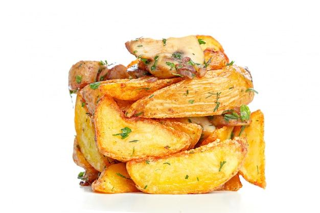 Mucchio delle patate fritte isolato su bianco