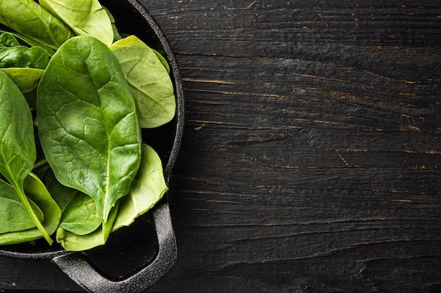 Pila di foglie di spinaci novelli verdi freschi fresh
