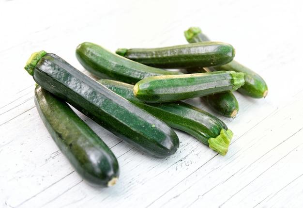 Mucchio di zucchine fresche fresche o zucchine