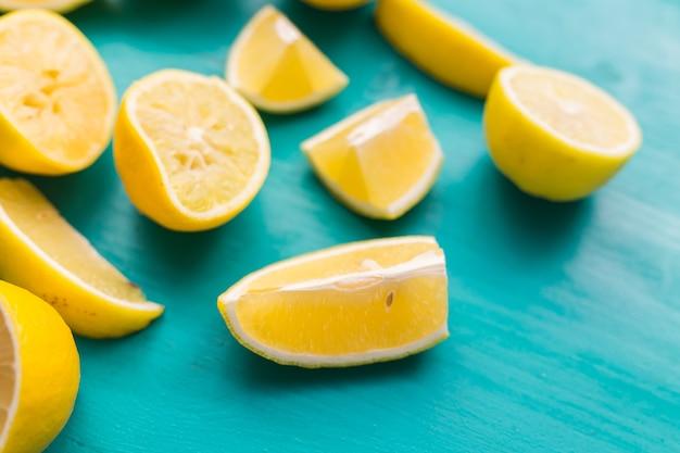 Pila di limoni freschi sul tavolo in legno turchese.