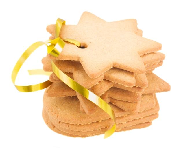 Pila di biscotti di panpepato isolato su sfondo bianco