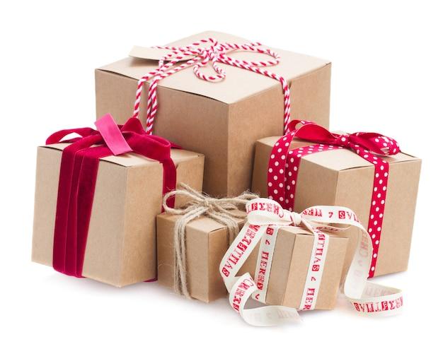 Pila di scatole regalo fatte a mano isolato su bianco
