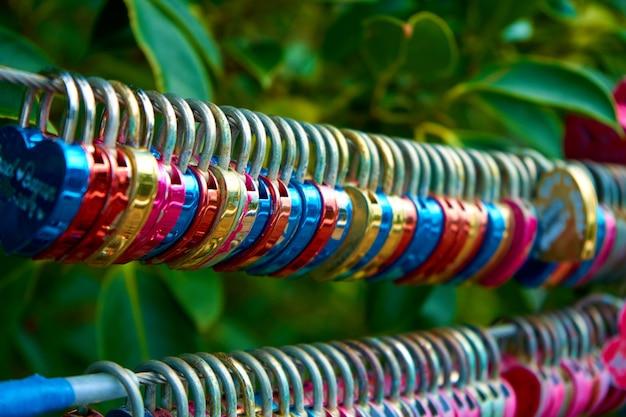 Un mucchio di lucchetti di ferro lasciati dalle coppie come simbolo d'amore.