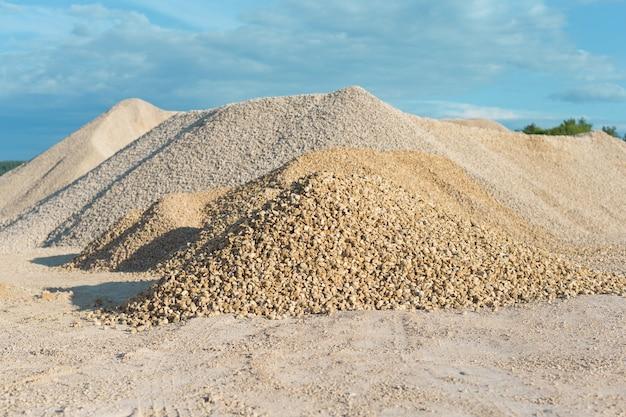 Pila di cava di calcare sullo sfondo del cielo blu