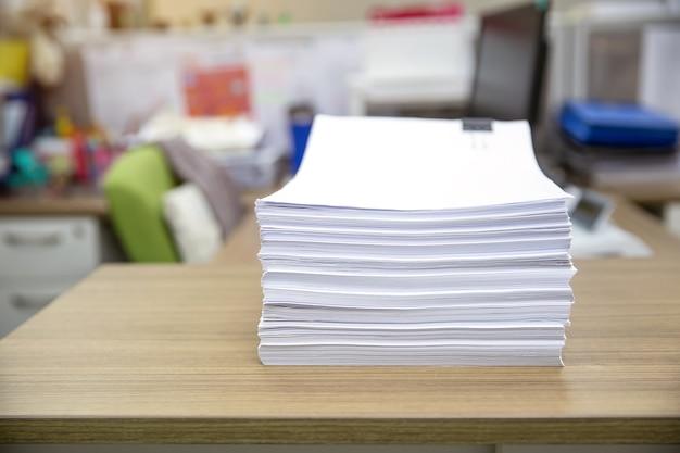 Pila di un sacco di carta da riutilizzo o di un documento stampato impilato sulla scrivania