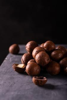 Un mucchio di noci di macadamia sul tavolo