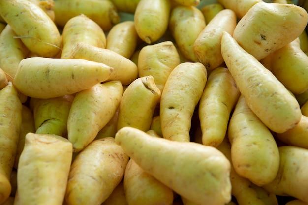 Pila di mandioquinha baroa potato al mercato all'aperto.