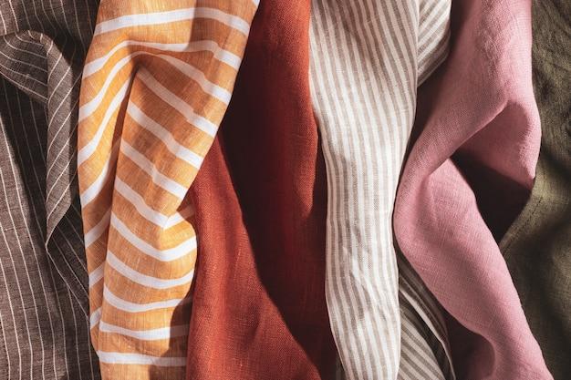 Pila di tovaglioli in cotone e lino multicolori