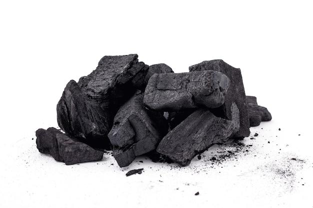 Mucchio di pezzi di legno naturale carbone isolato su sfondo bianco.