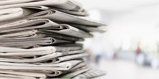Pila di giornali sullo sfondo, vista ravvicinata