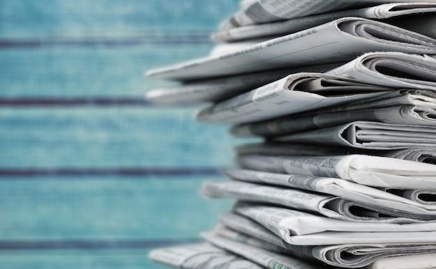 Pila di giornali impilati sullo sfondo