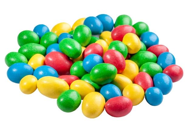 Mucchio di noci in glassa di zucchero multicolore isolato su bianco