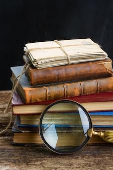 Pila di vecchi libri con lo specchio