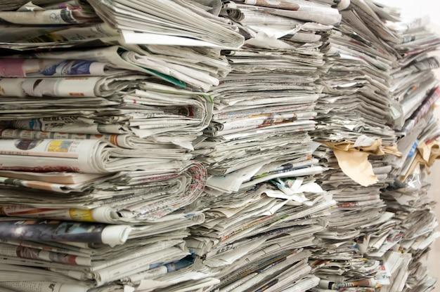 Una pila di vecchi giornali