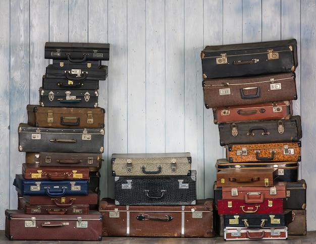 Un mucchio di vecchie valigie