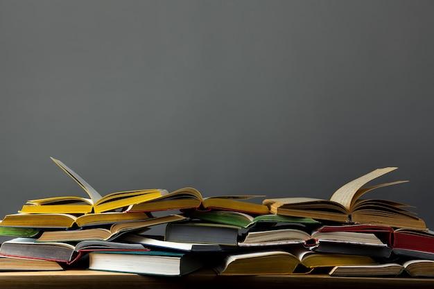 Mucchio di libri aperti sul tavolo