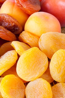 Un mucchio di albicocche secche secche arancioni e gialle