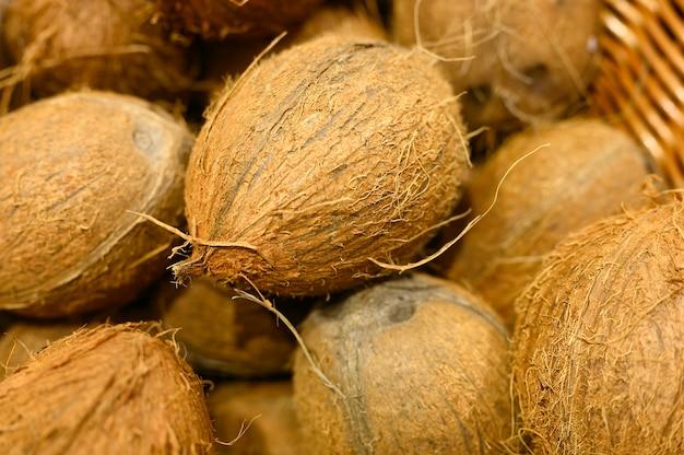 Un mucchio della noce di cocco organica di frutti come fondo