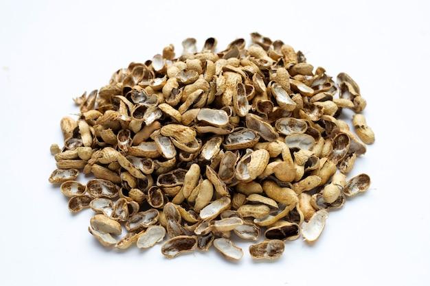Mucchio di gusci di arachidi su bianco
