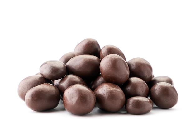 Un mucchio di arachidi in primo piano di cioccolato su uno sfondo bianco. isolato