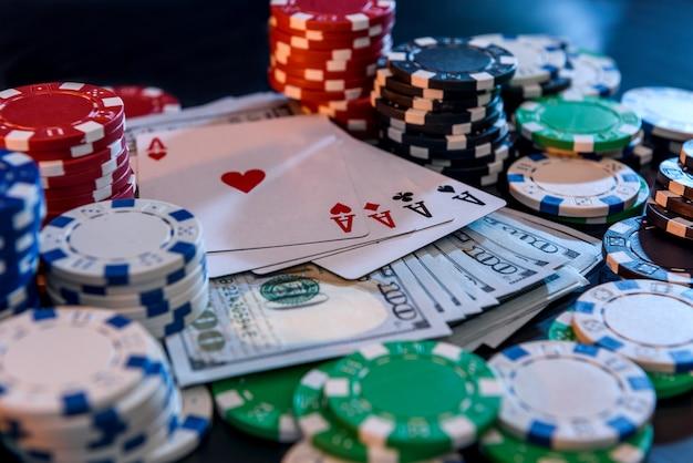 Mucchio di carte da gioco con fiches da poker colorate